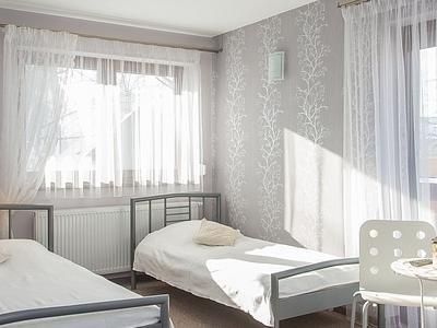 Łóżko podwójne i pojedyncze w jasnym pokoju groń białka tatrzańska